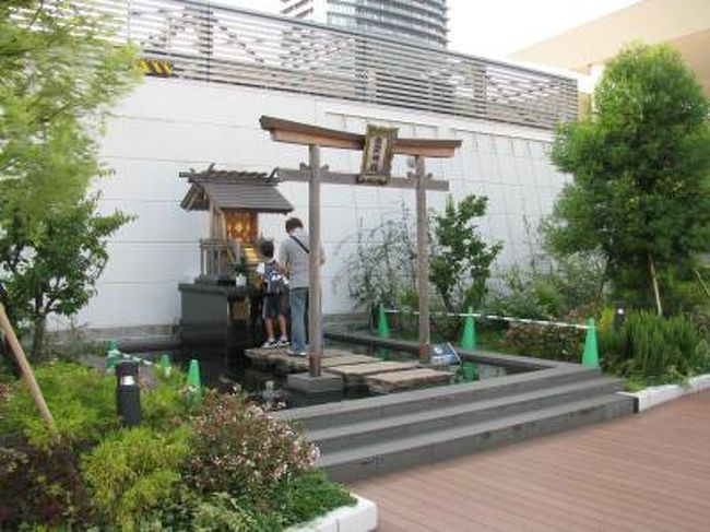 意外なことに出雲大社は全国に分社化されています。<br />ググッてみると神奈川県には秦野とか、東京には六本木にあったりします。へ~。<br />で、この川崎ラゾーナ屋上にある出雲大社なんですが、昔あった東芝の工場にあったものを移設したらしいです。<br />なお、ラゾーナの屋上には庭園とかあって、ローズマリーとかあっていい匂いです。<br />初詣で、川崎大師にいって身動き取れず、敗北感に苛まれた時に、初詣はどうでしょうか?