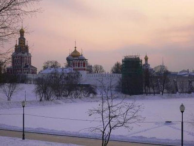 カレンダーを見てみると、もうそろそろ冬も終わりに近づいているような気がしますが、今年のモスクワは、去年の2月はじめのマイナス30度くらいの激しい寒さと比べると、曇りと雨が降るばかりのいわゆる「ヨーロッパ的な冬・ユーロウィンター」のような感じです。雪は11月のはじめごろに少し降りましたが、それ以降は今のところ降っておらず、気温もマイナス5度より下がったことはほとんどありませんでした。ロシアでは「雪がないと冬ではない」というので、多くのモスクワ市民はこの2ヶ月くらいの日光の見えない、暖かくて暗〜い冬に悩んでいました。<br /><br /> 今週、やっと待望の雪が降り、気温も下がってきたので、ようやく冬に入ったような気持ちになってきました。しかし2月にもなるのに「冬に入ったばかり」とは・・・。また「この冬はいつまで続くか」という心配もあります。<br /><br /> 周りの人に聞いても、「こんな冬は記憶にない」と言う人が多いです。ナポレオン戦争のときにフランス軍が負けたのは、ロシアの冬の厳しい寒さが理由のひとつだったとよく言われます。「1812年のロシアの冬がこんなだったら、歴史は違う道に進んでいただろう」という冗談もあります。「やっぱり地球温暖化だろうか」という意見はあちこちで聞こえますが、ここでロシアの有名な詩人プーシキンの「エフゲニー・オネーギン」の一節を思い出しましょう。「自然は冬のことを待っていたのに・・・雪が1月に入ってようやく降りだした」。<br /><br /> 現在のロシア人は、プーシキンのように心配する必要はないかもしれません。逆に、ようやく雪が降りだしたことを喜びましょう!<br /><br />http://www.jic-web.co.jp/mow/index.html#letter
