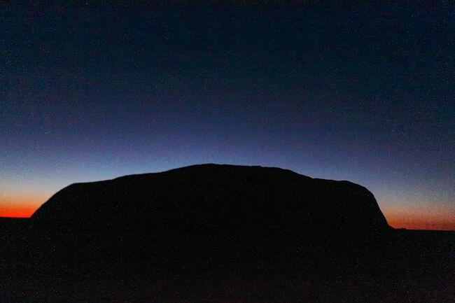 2010年8月、オーストラリアへ行ってきました。<br />場所はエアーズロックとケアンズ。<br />この旅行記ではエアーズロックの部分を投稿します。<br /><br />トラベルの語源はトラブル、といつか聞いたことがありましたが、今回は度重なる飛行機の遅延という、海外旅行にとって最大のトラブルを経験させていただきました。<br /><br />さてさて、どうなるでしょうか。