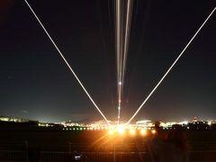 夜の飛行機着陸を楽しむ