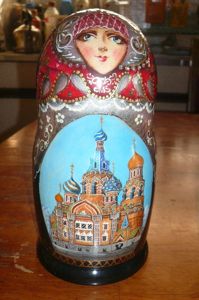 華麗なるロシア7日間!マトリョーシカ人形など<br /><br />ロシアの人形「マトリョーシカ人形」(ロシア語:Матрёшкаマトリョーシュカ、Matryoshka doll)<br />マトリョーシカとは女の子という意味で、木製の人形の中に少しずつ小さな人形がいくつも入っている。マトリョーシカは、ロシアの木製の人形。単にマトリョーシカともいう。<br />胴体の部分が上下に分割でき、中には少し小さい人形が5個から7個ないし9個10個と入っていて、何回か繰り返される入れ子構造になっている。入れ子にするため手は無く、胴体とやや細い頭部からなる筒状の構造である。<br /><br />■ここに掲載の写真および記事の無断転載を禁じます。<br />copyright(C)2006 Taketori no Okina YK. All rights reserved.