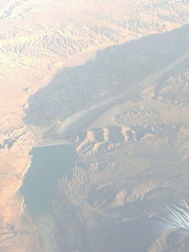 <br />2010年10月25日(月)<br /><br />搭乗機エミレーツ航空[B777-300機]は、ドバイから関空に向かって飛んでいる。<br /><br />色彩鮮やかな、天空の緞帳。<br /><br />仏画を思わせる、山々の群れ。<br /><br />インドとパキスタンの国境紛争が残っている辺りなのかもしれない。<br /><br /><br />そろそろ崑崙山脈だ。<br /><br />眠っている人を妨げないように、席を移動し、夢心地で窓外を見ながら、考える。<br /><br />気付いてみると、ドバイを少し後に飛び立った成田行きエミレーツ航空の僚機が、並行して、やや下を飛んでいる。<br /><br /><br />「崑崙(こんろん)山脈」。<br /><br />長さ3000キロ、標高6000メートル以上が200峰。<br /><br />なんと懐かしい名前だろうか。<br /><br /><br />いつの間にか、三高(旧制)寮歌を口ずさんでいる。<br /><br />「通える夢は崑崙の 高嶺の此方ゴビの原」<br /><br />これは、崑崙山脈に並行して走っている、シルクロードへの憧れを歌ったものだろう。<br /><br /><br />シルクロードは日本からユーラシア大陸を横断しながらヨーロッパまで、数多くのきらめく文化を、大小色さまざまな宝石を連ねたネックレスのように、結んでいた。<br /><br />物は移動することにより、価値を高める。<br /><br />シルクロードの周辺は、その価値をエネルギーとして、何時も光が絶えない。<br /><br /><br />ライン・マイン・ドナウの線も、シルクロードの余光を受けた文化と見る。<br /><br />今回の旅行は、ユーラシア大陸を一周すると同時に、大胆に考えればシルクロードを大まかに辿ったことにもなった。<br /><br /><br />残すところ4時間で、関西空港だ。<br /><br />今回の旅は、シルクロードを息長く伝達した文明を追いながら、地球のスケールと人類の大きな営みを感じる旅だったのだ。<br /><br />(2010.10.30 片瀬貴文)<br /><br />