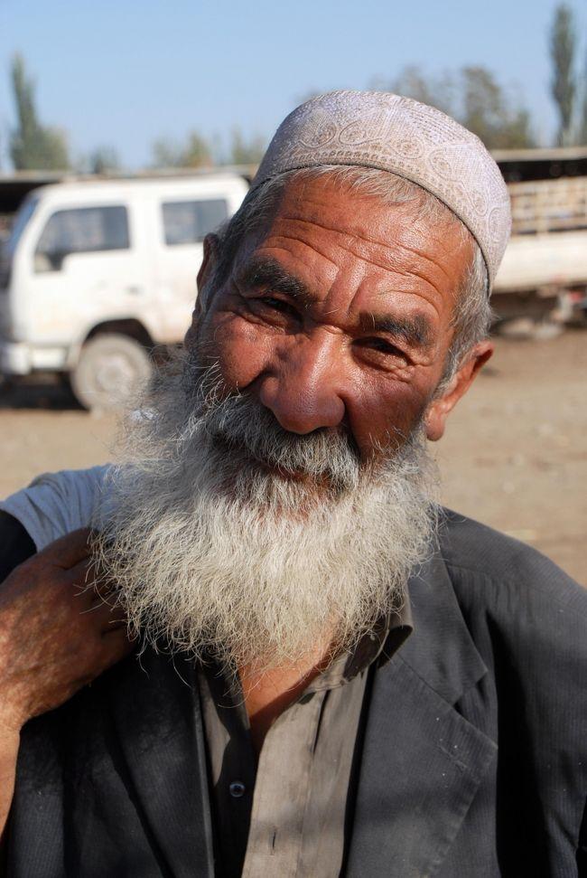 敦煌から新疆への旅行記録を順番に載せて行きたいのですが、撮りに撮りまくった沢山の珍画像をアップするには、中国に居る今は、気が滅入ってしまう位とんでもない時間が掛かって終うので、別のブログのフォトアルバムに、「南新疆の維吾爾人鬚おやじたち」という写真集を掲載したのですが、そこのフォトアルバムは、折角規定内サイズで大きい画像を載せても縮小画像しか見せて貰えないので、こちらにも載せておきたいと思います。<br /><br />黙っているとちょっと強面の維吾爾人ですが、爺ぃのユーモア有るネイティブ維吾爾語トークで直ぐにニコニコ。<br />元部下の維族バランズ(維吾爾青年)達にも出会ったのですが、20才前後だった青年達が、今や40年経ったらこ~んな鬚おやじになっていたので、彼らの鬚を引っ張って大はしゃぎ!<br />爺ぃは、維吾爾族と漢族の親善大使でもやれば良いと思うほど維吾爾人に好かれている、珍しい漢民族でもあります。<br /><br /><br />「00」の予告編に対して、特別編集版と言う事で、番号は「ZZ」にしました。