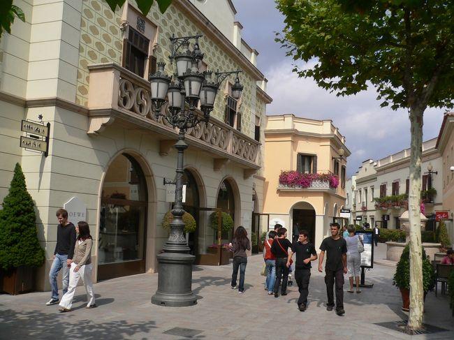 バルセロナの北にある大きなアウトレット、ラ・ロカ・ビレージ。<br />バスまたは電車+タクシーで行きます。<br /><br />60ヶ軒ぐらいのお店、レストランなどが楽しめます。<br /><br />https://www.catalunya-kankou.com/blog/barcelona-outlets.php
