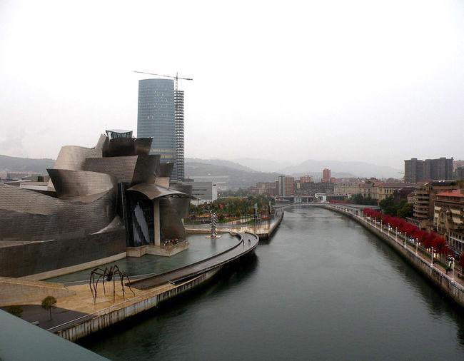 ずっと前に、ビルバオのグッゲンハイム美術館の写真を見てから、いつか行こうと<br />決めていた。住む街から330キロほどだから、大した距離ではないものの、なんとなく<br />機会がこなかった。<br /><br />バスク地方は小雨が多い。ビルバオに着いたのは、午後5時だったけれど、やっぱり小雨だった。さて、ホテルはどこだろう。。<br />ホテルの住所とネルビオン河に面している、としか知らなかった。河に面してあった日本車デイーラーの店に飛び込んだら、仕事が終わった修理工のかたが親切に自分の車で誘導してくれた!嬉しかった。ホテルはすぐわかったが、車の混雑で彼に御礼をいうことができなかったのが、今でも心残りだ。<br /><br />ホテルでチェックインをすまし、車をガレージにいれると歩いて10分の<br />グッゲンハイムにカメラをもってでかけた。<br /><br />美術館のみでなくその前を流れる河、その河にかかっているいくつかの橋、紅葉の木々、詩情ある風景がとてもよかった。<br /><br />翌日、9時半に美術館に着いた。一番のりだったけれど、開館は10時。<br />美術館は外観も中もすごかった。外にいても中にいても、感銘しつづけだった。