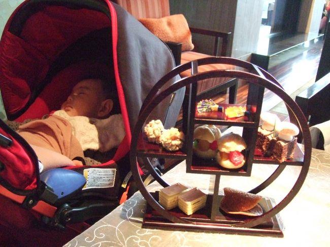Baby Leo : 3ヶ月と9日<br /><br />日本橋 マンダリンオリエンタル東京 38F ラウンジにて子連れアフタヌーンティー。<br />12:00 - 17:30<br />アフタヌーンティー(開業5周年記念特別メニュー) \3,800-<br /><br />妊娠中に訪れた時と同じ、5周年記念メニューですが、<br />内容が少しだけ違っていました。<br /><br />Baby Leo ホテルアフタヌーンティーデビューは、母のアフタヌーンティーめぐり第一弾のマンダリンにて。<br />電話予約時、赤ちゃん連れの旨伝えると、入り口に近い席を用意してくれました。<br />ソファ席で、大人二人とベビーカーには広すぎるほどのスペース。<br />3〜4組のママ&ベビーグループでもちょうどいいかもしれません。<br />すぐ近くのソファ席にも、もう一組の親子連れが。<br />ベビーは1歳くらいの女の子だったかな?<br />こちらもおとなしく、良い子でした。<br /><br />※子連れ、赤ちゃん連れのホテルアフタヌーンティーでは、スタッフの皆さんも配慮してくださいますが、<br />一緒にいる保護者、同伴者が、他のお客様に迷惑にならないよう、常に気をつける必要があります。<br />万一、子供や赤ちゃんが騒いでしまったら、最悪、飲食をあきらめて退店する覚悟で利用しましょう。<br />また、騒いだりしないだけの躾や事前準備(授乳を済ませておく、音の出ないおもちゃを用意するなど)も重要です。<br />以上、ご理解のうえ旅行記をご覧ください。