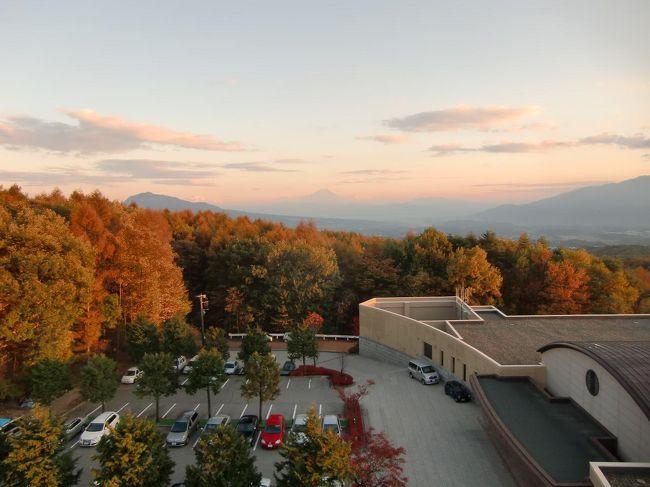 カラマツの黄葉を見たくて「ダイヤモンド八ヶ岳美術館ソサエティ」にロングステイ(5連泊、1人旅)してきた。このホテルは深い森の中にあるにもかかわらず客室からの眺めがいい。会員制リゾートクラブの「ダイヤモンドソサエティ」に入会すると毎年5枚の無料宿泊券がもらえる。今回の5連泊はそれら無料券の完全消化の意味もある。<br />写真:夕陽に染まるカラマツと富士山(ダイヤモンド八ヶ岳展望塔より)<br /><br />私のホームページ『第二の人生を豊かに―ライター舟橋栄二のホームページ―』に旅行記多数あり。<br />http://www.e-funahashi.jp/<br /><br />