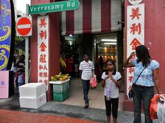 1 ディーパバリを間近に控えたシンガポールのインド人街でチャパティを食べてみる。