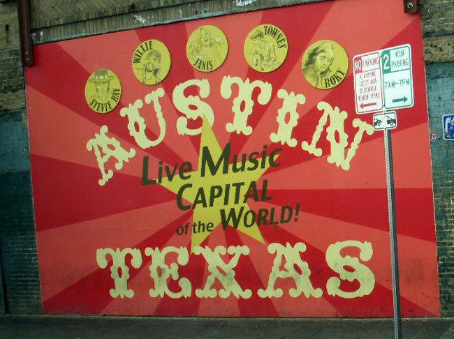 今回の旅の最後の都市・オースティンにやってきました。<br />オースティンはテキサス州第4の都市であり州都です。<br /><br />オースティンは世界的ライブミュージックの中心地と呼ばれています。6thストリートには数多くのクラブがあり、毎晩のように様々なジャンルの音楽を聴くことができます。<br /><br />また毎年3月にはオースティンで世界的に有名な音楽コンベンション・「サウス・バイ・サウス・ウエスト(SXSW)」が開催されます。<br /><br />2011年で25周年を迎えるSXSWのの始まりは、オースティン在住の3人のインディーズアーティストのマネージャーが、自分たちのアーティストをどうやって売っていこうか意見交換しようと呼びかけたの事から始まります。<br /><br />それに共鳴したアメリカ中のマネージャーが参加を申込み1986年の初回は700人が集まりました。<br />その後SXSW Music Festivalは大きくなり、マネージメントやレーベル以外の音楽出版会社関係、ラジオ局関係者、ライブハウス関係者等様々なジャンルから20,000人を超える参加者あり、日中は会場ホテルでのセミナー、勉強会とTrade Show(見本市)夜は期間中5日間に渡り、1000組以上のライブが行われるということです。<br /><br />日本からも毎年数々のアーティストが参加し、出演した多くのバンドが海外で活躍のチャンスをつかんでいるようです。<br /><br />町中がロックするSXSWぜひ一度見てみたいものです!<br /><br />そしてオースティンと言えばテキサス大学。<br />テキサス大学はテキサス州で最も大規模な大学であるとともに、アメリカ国内でも最大規模の公立大学で、5万人の学部生と大学院生、1万6千人の教授、関係者を抱えます。<br /><br />公立の学費でアイビーリーグと同等の教育を受けられる(留学生と州外の生徒は除外)大学を指すパブリック・アイビーの一つして知られている名門校です。<br /><br />またF1のアメリカGPが4年ぶりに2012年から、このオースティンで復活するという話も聞きました。みなさんオースティンをよろしく!<br /><br />