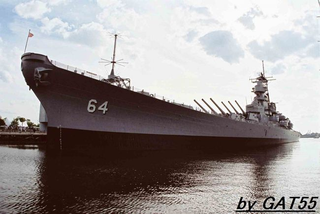 ここはアメリカ東海岸ヴァージニア州の港町ノーフォーク(ワシントンから3時間?)<br />この港町が世界最大の軍港、原子力空母5隻、イージス巡洋艦6隻、イージス駆逐艦22隻、フリゲート艦5隻、原子力潜水艦7隻、揚陸艦艇9隻その他多数の母港、近くには原子力空母の建造施設(核燃料の交換ができる唯一の施設)、修理施設、航空基地もありアメリカ軍事力の源。<br />超大国アメリカを実感できる港町。<br />浦賀沖に現れた黒船はこの港から出港したらしい?そしてマッカーサーとの関わりの深い港町と、日本の歴史に関わり深い港町です。