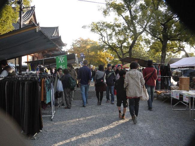 久し振りに、毎月二十一日に開催されている東寺・弘法さんの市に足を運んでみました。<br /><br />なお、このアルバムは、ガンまる日記:霜月の東寺・弘法さんの市[http://marumi.tea-nifty.com/gammaru/2010/12/post-b028.html]とリンクしています。詳細については、そちらをご覧くだされば幸いです。