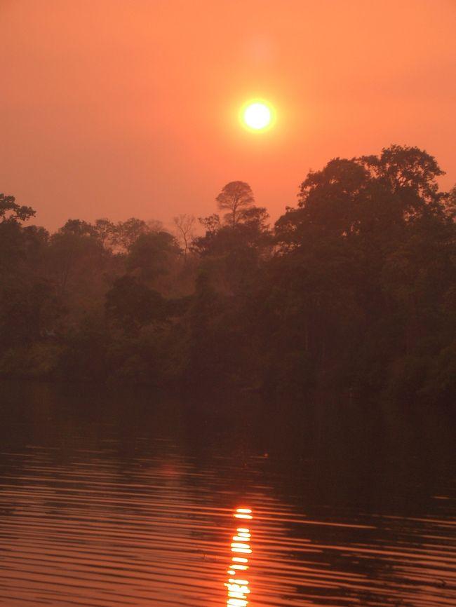 約5年前のことですが、1年間カンボジアに住んでいた間に旅行で行った『ラタナキリ』です。<br />今までいろんな所に行ってきましたが、一番印象的な場所でした。<br /><br />ラタナキリは、カンボジアの北東に位置しており、東側はベトナム、北側はラオスとの国境に接しています。<br /><br />『ラタナキリ』という地名は、《ラタナ》がパーリ語が語源で《宝石》、《キリ》がパーリ語、サンスクリット語が語源で《山》という意味です。<br /><br />そう『ラタナキリ』は、宝石の山なんです。<br /><br />何だかワクワクしてきませんか?<br /><br />