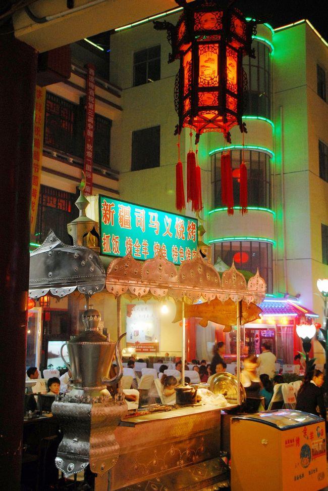 9月11日のその3。<br />老余宅から戻ったこま達は、一旦北京組と別れて、ホテルに戻って小休止。<br />夕方、夕飯がてら再合流して、夜市や沙州市場を訪れる事にしました。<br />敦煌は、甘粛省と言ってもほとんど新疆自治区の哈密と同じ経度にあるので、時間帯が新疆と同じです。なので、夕方から出かけてもまだ明るいので、夜型人間用の時間割って感じ♪(^灬^v<br /><br />到着後、早速久しぶりの旧友に会うのって良いですよね!<br />さて、沙州市場でシシカバブ屋をしている司馬義おやじですが、先月日本の友人が敦煌を訪れた時に写真を撮って、掲示板で見せて呉れたその写真では、お腹が更に育っててデブデブになっていました。今はどのくらいに育っちゃってるのでしょう!?(ドキドキ・・・)<br /><br />画像は、沙州市場小吃広場西門に有る「司馬義焼烤店」の様子です。