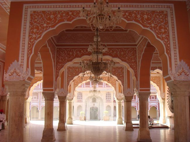 どうしても行きたかったインド。<br />小学生の時(イギリス時代)に仲良くしてくれたインド人の友達の生まれ故郷を一度訪れてみたかったのです。<br />今回ようやく実現し、楽しく満喫して帰ってきました。<br /><br />インド料理最高!!<br />インドの文化最高!!<br /><br />インドが大好きになってしまいました。