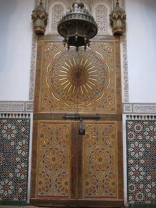 今までずっと行ってみたかったけど機会を逃していたモロッコが、私の記念すべき100か国目になりました。遠くて高いと思っていたモロッコ。エールフランスが11月末なら結構安いので予約。航空券は8万9千円。税込みで12万6千円。8泊10日で一通り周遊してきました。<br /><br />以下日程:<br /><br />11月19日(金)21:55 NRT<br />11月20日(土)04:20 CDG, 07:25 CDG - 09:30 カサブランカ、電車でマラケシュへ<br />11月21日(日)日帰りエッサウィラ<br />11月22日(月)砂漠ツアーでマラケシュ→アイト・ベン・ハッドゥ→ダデス渓谷<br />11月23日(火)砂漠ツアーでトドラ渓谷、カスバ街道、メルズーガ、砂漠泊<br />11月24日(水)メルズーガ→フェズ<br />11月25日(木)フェズ→メクネス<br />11月26日(金)メクネス→ムーレイ・イドリス→シャウエン<br />11月27日(土)シャウエン→テイトゥアン→カサブランカ<br />11月28日 (日) 07:35 カサブランカ - 11:40 CDG, 13:30 CDG<br />11月28日 (月) 09:10 NRT