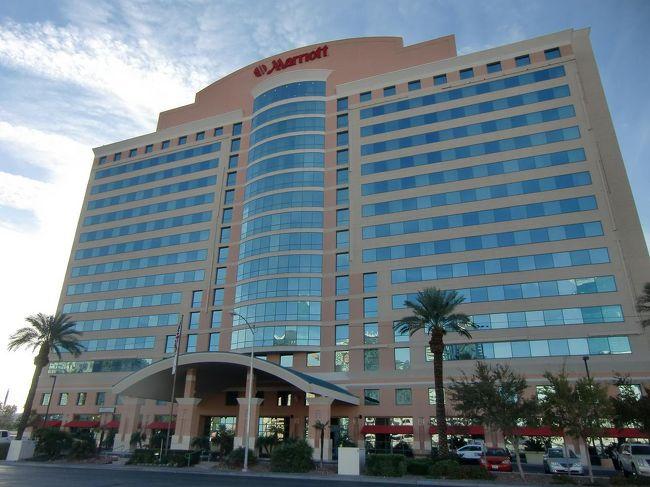 ヒルトン・グランド・バケーション・オン・ザ・ストリップをチェックアウトした私は、重いスーツケースを引っ張りながら、歩いて「ラスベガス・マリオット・ホテル」(写真)に移動した。12月上旬の土曜日の宿泊で、1泊のルームチャージは$107、税金$12.84を含めて合計$119.84(10067円)支払った。マリオット・リワードのカテゴリー5(注)のホテルにしては宿泊代金が安い!<br />注:名古屋マリオット、沖縄マリオット、ルネッサンス沖縄と同等クラス<br /><br />私のホームページ『第二の人生を豊かに―ライター舟橋栄二のホームページ―』に旅行記多数あり。<br />http://www.e-funahashi.jp/<br /><br />