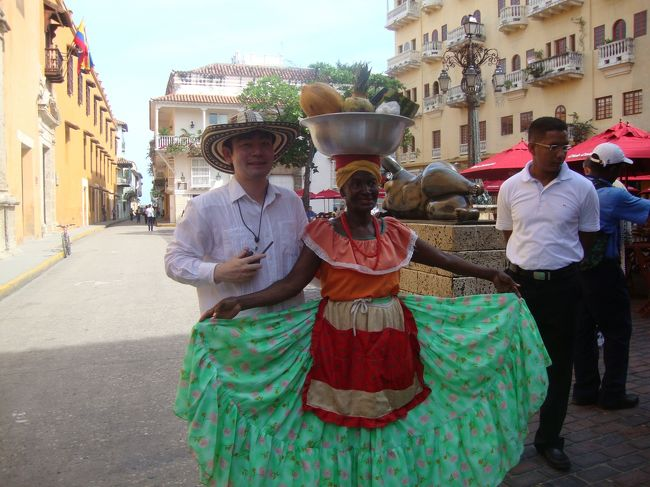 コロンビアの首都ボゴタから航空機で1時間25分でカルタヘナ到着。<br />カルタヘナは明るい要塞都市で1533年にスペイン人によって築かれた。港・要塞と建造物は世界遺産に指定されていている。<br />路地裏を歩くとコロニアル様式の歴史的建造物が建ち並んでいて、旧市街には長さ4キロの城壁が残っていたので歩い散策しました。<br />またスペイン植民地時代に作られた城塞も残っていました。近年豪華クルーズ客船の立ち寄りも多くなり、多くの観光客で賑わっていました。<br />カルタヘナの港や要塞群と建造物群・・・1984年世界文化遺産に登録<br /><br />