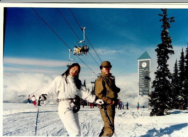 昔の写真の整理をしていたら、未だ新婚時代だった30年前に家内と行ったウィスラー・ブラッコムスキー旅行の古い写真が出てきた。フォートラベルの旅行記でも渡航先地図で北米のカナダが白く抜けているのが気になっていたので、スキャンして加える事にした。<br />これで北米は全部黄色になった♪<br />そういえば最近何年スキーに行っていないのだろうか?日本各地でもスキー客の激減であちこちのスキー場の運営が危機に瀕しているとか?結婚前に家内と主に根城にしていたのは八方尾根や五竜遠見、鹿島槍近辺だが、当時は未だバブル華やかなりし頃で大変な混雑だった。それに比べて初めて出かけた海外スキーのウィスラー・ブラッコムでは大して混雑していなかった事が印象的だった。<br />広くて長いピステをゆったりと大きな高速ターンで滑り降りて来るのがあまりに快適だった事を覚えている。最近バンクーバー冬季オリンピックの会場にもなりましたが、今では多少様子は変わったのでしょうか?<br />その後国内の蔵王や妙高高原等のスキー場には94年頃まで子供連れで出かけたりしたが、それ以降はシンガポール赴任になった事もあって行っていない。<br />「私をスキーに連れてって」なんて映画もありましたね!<br />私達はあの映画の1987年よりも前に八方尾根スキー場で出会って結婚しました。二人で一番滑っていたのは1985年頃でしたでしょうか?バブリーでしたが懐かしいです。