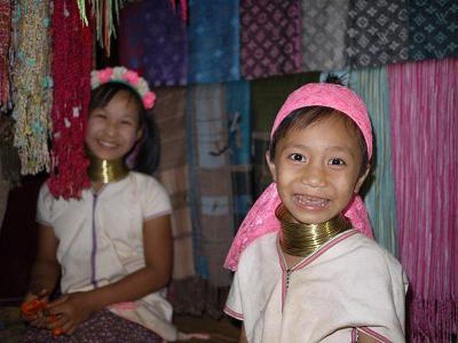 タイ北部のチェンライを起点に、以前はアヘンの生産で有名だったという黄金の三角地帯「ゴールデントライアングル」を訪問。<br /><br />徒歩でミャンマー入国、ボートでラオス入国の後タイに戻り、首長族に会うなど盛りだくさんの一日でした。