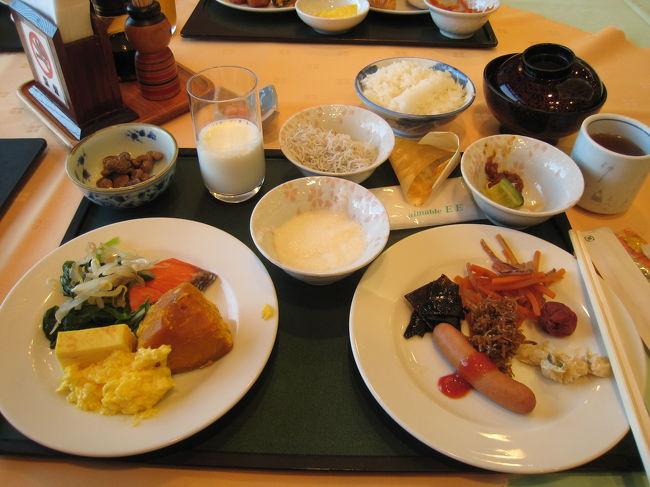 2日目朝食です。<br /><br />あ〜、朝からこんなに食べていいのでしょうか?<br />基本的に朝はパンですが、旅館は和食に限ります。<br /><br />納豆以外は美味しかった。<br /><br />ここの納豆は豆が大きいので、ちょっといまいちでしたね。個人的好みだと思いますけど。<br /><br />味噌汁はしじみで美味しかった〜。もうちょっと身を入れていただくと良かったんですが、殻ばっかりでした^_^;<br />