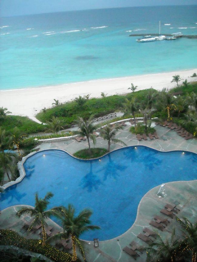 2007年に訪れて以来、再訪を誓っていた沖縄。念願かなっての上陸♪<br />旅慣れた友人との気ままな2人旅。真冬の沖縄、ビーチリゾートは出来ないし、観光気分でもないし、、。<br />というわけで、今回はラグジュアリーホテルに宿泊する、ホテルステイをメインに楽しみました。<br /><br />一泊目。<br />庶民さや犬、やっぱり憧れのメガホテルに泊まりたい~。冬でもリゾートしたいから、室内プールがほし~い。海もおへやから見た~い。<br />という条件の下検討した大箱ホテルは①万座ビーチホテル②サザンビーチホテル③日航アリビラ④沖縄かりゆしビーチリゾート⑤ブセナテラス<br />①→2007年に泊まったホテル。すごく素敵なホテルだったけど、どちらかというと家族向けかも。②→空港から近いのが魅力だけど、やっぱり恩納の海がみたいなあ。④プールやお風呂が充実しすぎて温泉旅行になりそう^^; <br />残ったのは日航アリビラとブセナテラス。日航アリビラは外観も凄く素敵だし、口コミも高評価、室内プールもすごく素敵、、とかなり迷ったのですが、やっぱり一度は泊まってみたいブセナテラス、、。に決定です。<br /><br />ブセナテラス。スマートな接客、洗練された施設。何よりも、ホテル全体が醸し出す雰囲気、風、音、香に完全にノックアウトされました。<br />夏に再訪決定の素敵ホテルでした★