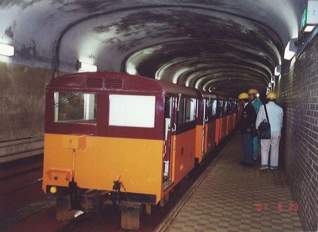 """「B級でマイナー」というと失礼かもしれませんが、あまり一般的にメジャーではない観光地も全国にはたくさんあります。<br />今回は、2001年に訪れた富山県の「関西電力黒部専用鉄道(上部軌道)」をご紹介します。<br />関西電力主催の見学会に参加しなければ乗車できない鉄道です。<br /><br /><br />★「B級でマイナーな観光地」シリーズ<br /><br />荒川ロックゲート(東京)<br />http://4travel.jp/travelogue/10438358<br />鮮魚列車&日本一短い商店街(大阪)<br />http://4travel.jp/travelogue/10420078<br />鹿嶋まつり&鹿島臨海鉄道鹿島臨港線(茨城)<br />http://4travel.jp/travelogue/10623562<br />鳴海球場跡(愛知)<br />http://4travel.jp/travelogue/10416547<br />西寺跡(京都)<br />http://4travel.jp/travelogue/10467065<br />「戸(へ)」のつく街めぐり(青森&岩手)<br />https://ssl.4travel.jp/tcs/t/editalbum/<br />関西電力黒部専用鉄道""""上部軌道""""(富山)<br />http://4travel.jp/travelogue/10535489<br />嘉穂劇場(福岡)<br />http://4travel.jp/travelogue/10536327<br />遊楽部川の鮭の遡上(北海道)<br />http://4travel.jp/travelogue/10555940<br />石見神社&白鳥城(兵庫)<br />http://4travel.jp/travelogue/10421611<br />西武秩父線のローカル駅(埼玉)<br />http://4travel.jp/travelogue/10441164<br />深谷駅&さきたま古墳&あついぞ!熊谷(埼玉)<br />http://4travel.jp/travelogue/10439881<br />内之浦&宮之城&藺牟田池(鹿児島)<br />http://4travel.jp/travelogue/10470926<br />京都一条妖怪ストリート(京都)<br />http://4travel.jp/travelogue/10565267<br />町田リス園(東京)<br />http://4travel.jp/travelogue/10416970<br />靭(うつぼ)公園(大阪)<br />http://4travel.jp/travelogue/10420097<br />士幌線廃線跡(北海道)<br />http://4travel.jp/traveler/satorumo/album/10440854/<br />氷のトンネル(北海道)<br />http://4travel.jp/travelogue/10606410<br />日本最北のマクドナルド&地吹雪の抜海駅(北海道)<br />http://4travel.jp/travelogue/10431780<br />""""ののちゃん""""と""""タブチくん""""のふるさと・玉野(岡山)<br />http://4travel.jp/travelogue/10563273<br />立山砂防軌道&立山カルデラ(富山)<br />http://4travel.jp/travelogue/10533323<br />日本一の長寿村&塩川&喜屋武岬(沖縄)<br />http://4travel.jp/travelogue/10470372<br />伊勢崎西部公園(群馬)<br />http://4travel.jp/traveler/satorumo/album/10723218<br />長浜大橋(愛媛)<br />http://4travel.jp/travelogue/10450812<br />くりはら田園鉄道乗車会(宮城)<br />http://4travel.jp/travelogue/10620825<br />塩田津&八本木宿&浜金屋&筑後川昇開橋(佐賀)<br />http://4travel.jp/travelogue/10468519<br />モエレ沼公園&宮島沼&777段ズリ山階段(北海道)<br />http://4travel.jp/travelogue/10462083<br />河童の里(福岡)<br />http://4travel.jp/travelo"""