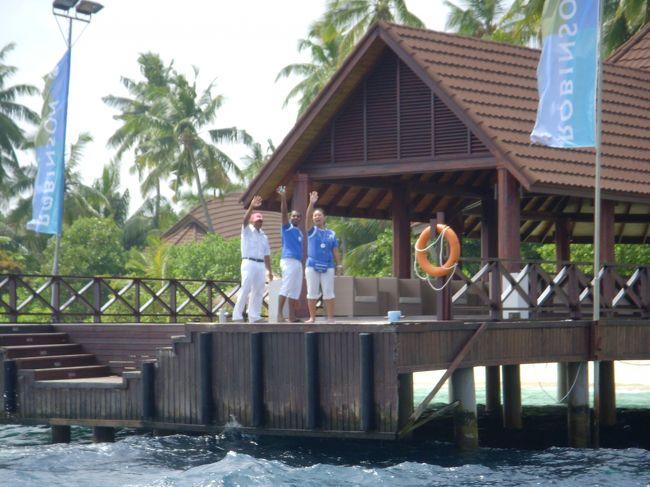 2009年12月にオープンしたロビンソン・クラブ。<br />ロビンソン・クラブドイツ系のクラブリゾートで、ヨーロッパを中心に展開いているホテルグループです。<br />モルディブでのロビンソンはリゾートとして展開していますが、どこぞのクラブリゾートと違いアクティビティへの参加は押しつけがましいところが全くなく、ゲストが自分のスタイルに合わせて滞在を楽しむことが出来ます。<br />スタッフはドイツはもちろん、メキシコ、ミャンマー、トルコ、日本など19ヶ国から集まっていて、みんな明るくフレンドリー、笑顔が絶えません。<br />またこちらのリゾートは半オールインクルーシブとなっていて、食事中のワイン、ビール、ソフトドリンクが無料です。(それ以外のところで飲むものについては有料)また無料で出来るアクティビティも多いのでとてもお得です。