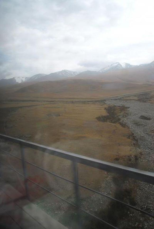 9月19日のその2。<br />ドタバタ大急ぎで乗り込んだ南疆列車。<br />丸一日の乗車なので、列車の旅はまだ始まったばかりですが、早速、一番の見所「崑崙山越え」に差し掛かりました!<br /><br />あいにく、空には灰色雲がかかって居ましたが、白い御髪の主は、少し少なめでしたが積雪の姿を見せてくれました。<br /><br />その後、山を下って、塔克拉馬干沙漠の北手から西手へとズンズン進んで行きます。<br /><br /><br /><br />中文訳:<br />奔走列車陌生的地方:奔走する列車!見知らぬ土地