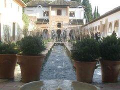 ヘネラリーフェ庭園はこじんまりとしたイタリア的な宮殿。