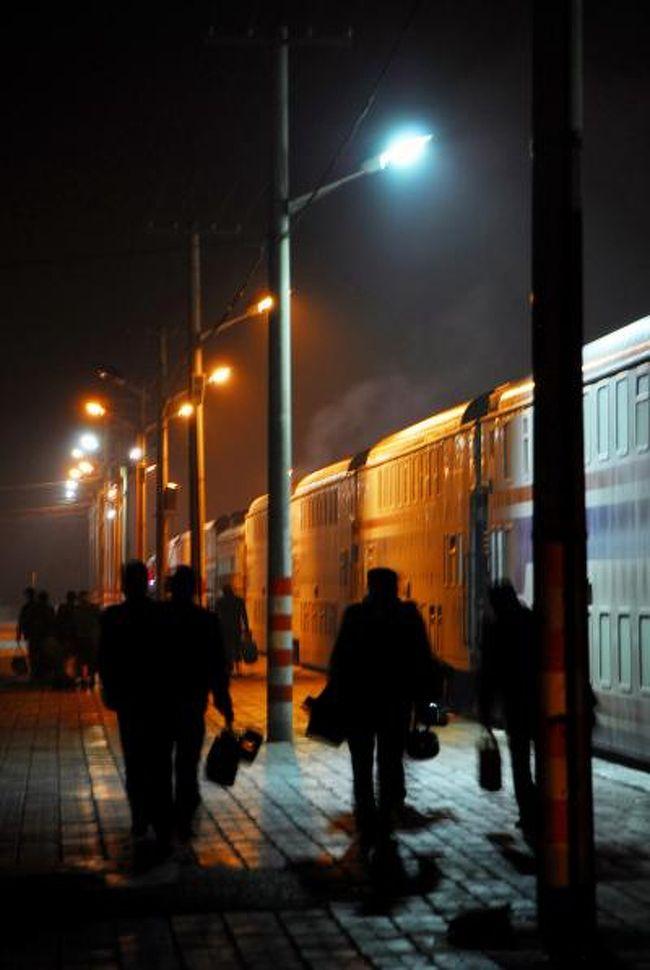 閑なようで閑でなく、有意義なようでどうなのか・・・?<br />23時間の列車の旅は(2006年より1時間短縮!)、人それぞれにどんな思い出を残すのでしょうか?<br /><br /><br />中文訳:<br /> 奔走列車陌生的夜里!:奔走列車、見知らぬ夜中!(文法無視でイメージ文的に)