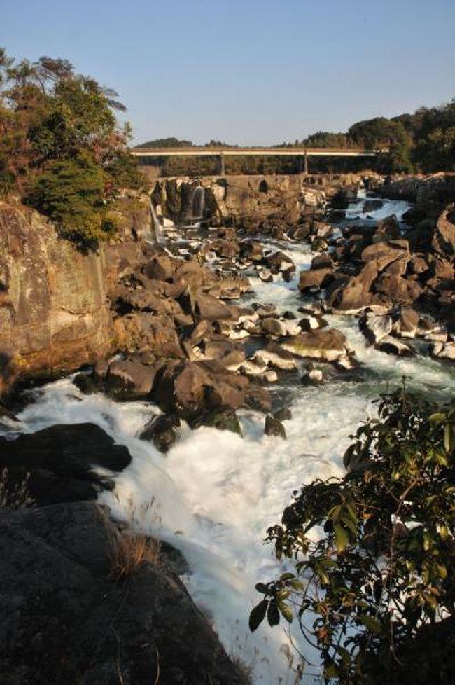 出張最後の仕事も無事済ませて肩の荷が下りたところで最後の寄り道「曽木の滝」へ。<br />ここ曽木の滝は「東洋のナイアガラ」と呼ばれています。薩摩川内市内から川内川に沿って上流へ。約1時間ほどで目的地の「曽木の滝」に到着しました。<br /><br />その後空港の展望デッキで出発までの時間をつぶしていたら空港正面に見える「新燃岳」から吹き上がる噴煙を目撃しました。おどろおろどしい噴煙が空高く上がっていました。幸い鹿児島空港は「新燃岳」噴火の影響を受けていないので無事、大阪に帰ることが出来ました。<br /><br />2日間に亘る出張を無事終え、そして最南端の駅「西大山」を始め充実した寄り道が出来て得るものの多かった旅になりました。