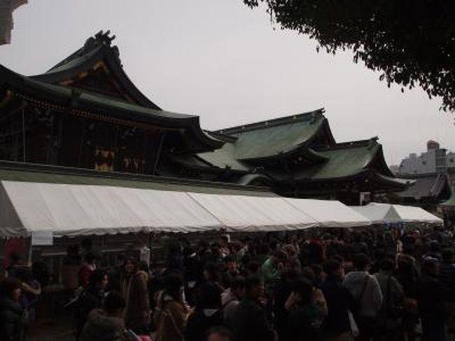 大阪の天神祭で有名な大阪天満宮では、ただいま'てんま天神梅まつり'が開催中です。<br /><br />梅の花は、そんなに多くは見ることはできないのですが、いろいろな梅酒を買うことのできる梅酒市や、梅酒を飲むことのできる梅酒大会も行われており大阪天満宮境内の人出もかなり多かったです。<br /><br />また近くの天神橋商店街では、今年で4回目となる福井県PRイベント'ドーンと越前・若狭'も行われており、今年は大河ドラマの主人公'江たち三姉妹'ゆかりの地としての催しものがでていました。<br /><br />天神さん界隈での半日弱、結構楽しませていただきました。<br /><br />【写真は、てんま天神梅まつりの行われている、大阪天満宮の境内です。】
