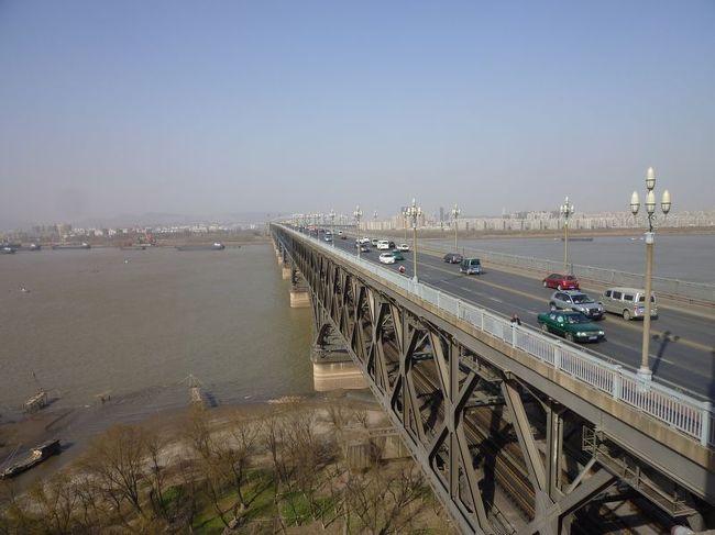 2010年12月~2011年1月の年末年始休暇、デルタ航空(DL)のマイレージを使用して、上海・南京・杭州を訪れました。年末年始であるにもかかわらず、わずか20,000マイル使用でそれも直前に予約ができました。中国・上海は実に15年ぶり。<br />いつもの「弾丸なんちゃって世界紀行」のはじまりです。<br /><br />【全行程】<br /><br />1日目:午前、成田→上海  [デルタ航空]<br />    着後、上海駅へ。<br />http://4travel.jp/traveler/satorumo/album/10550025/<br /><br />2日目:早朝、新幹線で南京へ。<br />    終日、南京市内散策。<br />≪★今回のお話はココです≫<br />http://4travel.jp/traveler/satorumo/album/10550665/<br /><br />    夕方、バスで杭州へ。<br />3日目:午前、杭州市内散策。<br />http://4travel.jp/traveler/satorumo/album/10551756<br /><br />    午後、新幹線で上海へ。<br />http://4travel.jp/traveler/satorumo/album/10552181/<br /><br />4日目:終日、上海市内散策。<br />http://4travel.jp/traveler/satorumo/album/10556180<br /><br />5日目:リニアモーターカーで空港へ。<br />http://4travel.jp/traveler/satorumo/album/10556185<br /><br />    午前、上海→成田  [デルタ航空]<br />