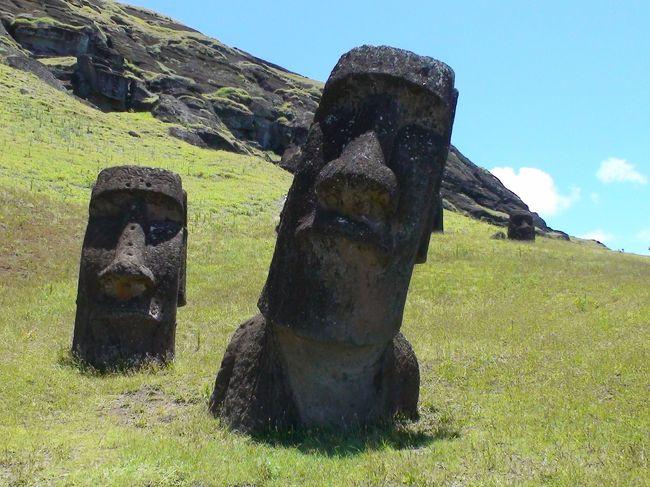 チリに到着した日にサンチアゴの市内観光を慌ただしくこなした後、その日の夕方便に乗り込み、ついに今回の旅の目的地「イースター島」についに降り立ちました!<br />(サンチアゴ旅行記は↓、こちらも是非ご覧ください)<br />http://4travel.jp/traveler/machoppi/album/10556470/<br /><br />イースター島には、4泊5日の滞在で、大晦日までこの島で過ごしました。大まかなスケジュールは以下の通りで、4日間でほぼ全島を観光しました。<br /><br />27日夜 イースター島到着<br />28日  午前:自由行動(ホテル周辺を散策)/午後:アキビ観光<br />29日  午前:オロンゴ観光/午後:ハンガ・ロア村散策<br />30日  終日:島内観光<br />31日  フライト前に郵便局で記念スタンプ/午後;サンチアゴへ出発<br /> <br />さあ、それではイースター島旅行記(PartⅡ)をご覧ください。<br />