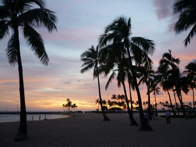 今まで、食わず嫌いだったハワイ。<br />周りの友達がハワイはいい、と言っていても、ふぅーーーん、と思ってました(ごめん)。<br />ハワイのイメージは<br />日本語が通じる、ブランドショッピング、ビーチ、サーフィン<br /><br />私の旅に求めていたものは<br />英語しゃべりたい、現地語ちょっとしゃべりたい、民芸品とか安いお土産ショッピング、ごちゃごちゃの街、寺、遺跡、辛い食べ物<br />とにかくアジアが大好きでした。<br /><br />しかし私も子供をもつオカンになり、子供に今までしていたようなスタイルで連れまわすことができなくなりました。<br /><br />そして今回<br />清潔、安全(比較的)、医療が整ってる(日本人のお医者さまが多い)<br /><br />ということでハワイへ行くことに!<br /><br />そして、下の子が航空券とらないでいいように2歳になるまでに出発!