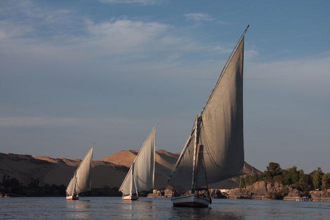 遥かな時を刻むエジプト  <br />碧きナイル  <br />神殿などの巨大遺跡  <br /><br />アスワンの街で <br />ナイル川クルーズを楽しむ  <br />沈んでいく夕日と <br />心地よい風  <br />いつまでもたたずんでいたかった  <br /><br />