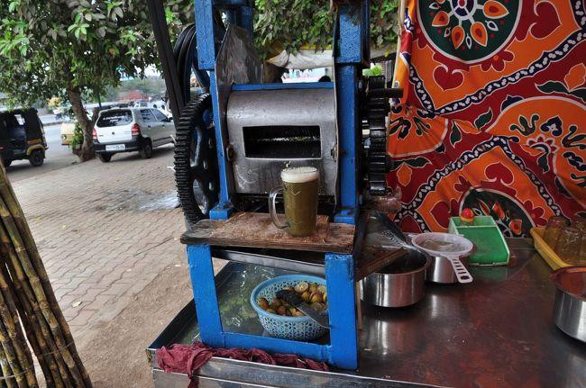 インドで見かけたさとうきびジュースのお店。<br />手押し車に木製の絞り器を載せたものや、さとうきびそのものを装飾に使ったお店もありました。