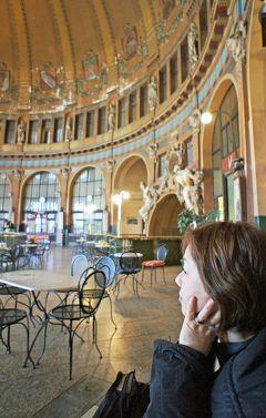 中欧周遊3都市の旅プラハ(11)ウィーンへ発つ前に中央駅のファントヴァ・カヴァールナでコーヒーを飲んでプラハの旅を終える。