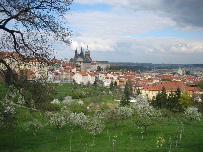 カラフルで幻想的な絵が魅力の絵本作家・<br />ヨゼフ・パレチェクさんの住む街、プラハに行ってきました。<br /><br />プラハに興味がある方や、<br />これからプラハに行かれる方の何かお役に立てばと思います。<br /><br />★こちらは、<br />プラハ(チェコ)<br />↓<br />チェスキークルムロフ(チェコ)<br />↓<br />ザルツブルグ(オーストリア)<br />↓<br />ザルツカンマーグート(オーストリア)<br />↓<br />ウィーン(オーストリア)<br />↓<br />ヘルシンキ(フィンランド)<br /><br />への一人旅日記たちです。良かったら、他の場所も見てください。