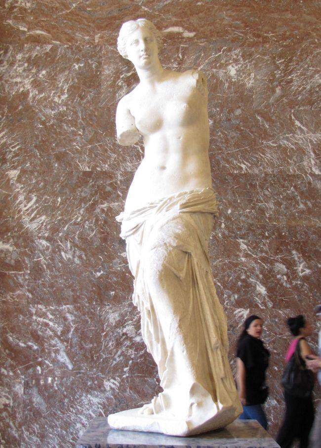 ルーブル美術館は、世界を代表する美術館で館内は全長20kmに及ぶという。1546〜1678年のフランス王家の美術品を集め、展示品は2万6000点(所蔵品は30万点)もあり、すべてをじっくり見るには数か月は必要と言われているほどです。ここは、ルイ14世がヴェルサイユに拠点を移すまでは歴代の宮殿でもありました。1803年に、ナポレオンが遠征先から持つ帰った戦利品も含めて美術館としてオープンしました。1982年には、ミッテラン大統領による「大ルーブル整備」政策により、現在の硝子張りのピラミッドなどが生まれました。代表的な美術品としては、「モナ・リザ」や「ミロのヴィーナス」、「サモトラケのニケ」、「ハムラビ法典」などがあります。今回、5時間かけて廻ったのですが、歩きづめでくたくたになりました。ポイントを絞って見学する事をお勧めします。<br /><br />オルセー美術館は、その建物の素晴らしさと印象派の作品に出会えることで、日本人に大人気の美術館です。美術館の建物は、1900年のパリ万博のためにヴィクトール・ラルーがオルセー駅として建設したもので、1986年に美術館として模様替えされ、1848〜1914年までの絵画、彫刻など印象派の作品を中心に、フランスの「古き良き時代」を掘り起こしています。セザンヌを始めルノワール、ゴッホ、ゴーギャン、ドガ、マネ、モネ、ルソーなどの名画を展示しています。東京の国立新美術館で行われた、オルセー美術館展で約100点の印象派の作品を見ましたが、正直なところあまり感動しませんでした。しかし、オルセー美術館で見るとぜんぜん違って見えるのです。差し込む光線か、壁の色か、額縁(絵に合わせています)なのか、不思議です。特に、ゴッホとルノワールの作品は、何度も戻って見直しました。<br /><br />これで、今回の「モナ・リザ」、「ミロのヴィーナス」を加え、エジプトの考古学博物館の「ツタンカーメンの黄金のマスク」とともに、世界三大秘宝の達成です。<br /><br /><br /><br />