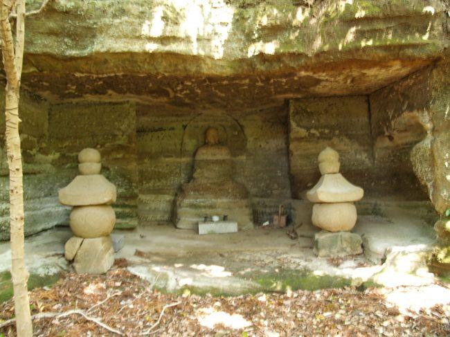 大町釈迦堂口遺跡は昨年(2010年)5月に国の史跡に指定されたばかりである。この大町釈迦堂口遺跡で鎌倉の史跡らしさで際立っていた釈迦堂口切通も史跡指定の直前に落石があり瓦礫の山のまま国指定史跡としてスタートした。<br /> 釈迦堂口切通、釈迦堂小切通や日月やぐら、唐糸やぐらなど64基の一大やぐら群が残り、青磁の大皿2枚と深皿1枚(重文)が出土している。平成20年(2008年)の発掘調査の結果、最も古い遺構でも13世紀後半頃のものと推定され、鎌倉幕府初代執権・北条時政(1138年〜1215年)邸跡(名越亭跡)との説は退けられたが、創建が元仁元年(1224年)と言われる釈迦堂の跡でもない。寺院跡の可能性が高いとされている。「吾妻鏡」に記載されている名越亭跡も釈迦堂跡も判明しないのであるから、鎌倉の史跡はあてにならない。特に、切通などは岩に掘削年代が刻まれる訳ではないから、実際には何時の時代に掘削されたかは不明であろう。七口切通などの多くは鎌倉時代に開かれ、江戸時代に整備されたものであろう。二階堂の永福寺跡から天園峠に向かう途中にある「二階堂切通」などは名前さえも付いていなく、知名度がない。源頼朝が奥州征伐に出陣して通った街道であるとする説を採れば鎌倉以前からの切通となる。鎌倉時代には七口切通が開かれ、鎌倉から外に出る街道が出来てくるからである。<br />(表紙写真は唐糸やぐら隣のやぐら)