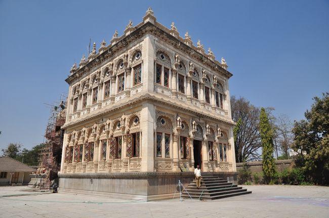シンデ・チャトリ(Shinde Chatri)は、マラータの大貴族Mahadji Scindiaの記念碑として建設された建物であり、プネーの主要な観光スポットのひとつです。<br />日曜日の観光で訪れましたが、私たち以外に観光客はいませんでした。<br />建物内では、子供たち3人が遊んでいました。<br />入場料は2ルピーで、他の施設のように外国人価格の設定はありませんでした。<br />