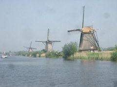 キンデルダイクの風車にオランダ人の苦労と努力の跡を見る