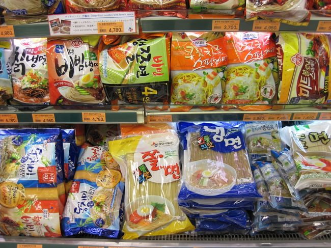 第1日目<br /><br />関西国際空港から朝9時過ぎの飛行機でソウル金浦国際空港へ。<br /><br />この日の予定は、新世界百貨店系のスーパーE-Mart、ロッテ百貨店系のロッテマート→徳寿宮。<br /><br />夕方からは、日本で予約した2本を見る。<br /><br />Miso(美笑)-貞洞劇場伝統芸術舞台<br /><br />キム・ドクス伝統演戯常設公演「PAN(パン)」<br /><br /><br />☆゜・*:.。. .。.:*・゜☆゜・*:.。. .。.:*・゜☆゜・*:.。. .。.:*・゜☆゜・*:.。. .。.:*・゜☆<br /><br />今回の旅行の目的<br /><br />◇ミュージカル・ダンス・演劇などのシアターを見まくる事。日本で7本予約して、現地でチケット買ったのが3本。計10本も見てしまいました (^o^)<br /><br />◇この時期、韓国もGWで、Hi Seoul Festival 2011が開催されています。これを目いっぱい楽しむこと<br /><br />◇ソウルの地元の人たちが利用している普通のお店を見ること<br /><br />◇苦手な韓国料理に挑戦 屋台や市場にアタック (^_^;)<br /><br />それと、航空券・ホテルは別々に日本で予約しました。<br /><br />前回、余ったウォンも たった 900ウォンだけですが、なぜか 両替も全くせず・・・・<br /><br />ということで、「免税店・両替・リムジンバス・タクシー・コスメ・エステ・ブランドショッピング・グルメが無いソウル旅行記」(笑)です。