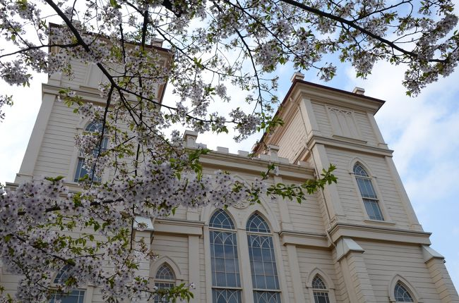 私の大好きな近代建築<br />中でも好きなジャンルは、学校建築と教会<br />青森の弘前には地元の大工さんたちが造った、東北らしく素朴で素敵な教会がたくさんあります。<br />ここではパリのノートルダム大聖堂をモデルにしたといわれる、日本キリスト教団弘前教会<br />弘前の景色がステンドグラスで描かれたカトリック弘前教会<br />赤レンガの教会で大正ロマンを感じる 日本聖公会 弘前昇天教会を紹介します。