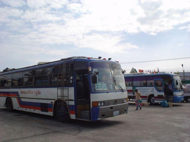 ちょっと長居をしたパクセーをやっと脱け出した。<br />サワンナケートを目指すことにした。<br />パクセーより北方面の近場の町へのバスは、ツーリスト・バスは無く、ローカル・バスしかない。<br />これは2007年時と全く変わっていない。<br />このローカル・バスが超スローなんです。<br />行けども行けども、中々着かないのです。<br />でも、他に選択肢は無いのです。<br /><br />朝7時40分、北バスターミナル発のバス、35000キップ(約350円)。<br />超スローなバス旅が続きます。<br />ひょんなことから、サワンナケートをパスして、その日のうちにタケクまで行くことになりました。<br />そのタケク行きのバスも、超スローだった、、、、<br /><br />*パクセー以降、タケク、ナコーン・パノム、ウドンターニー、バンビエン、ポーンサワン、サワンナケート、フエ、ホイアンなど、撮り貯めていた写真がPCの不慮の事故で(というか、メモリーMDの扱いの不備というか、PCウィルスのせいか?)どこかに飛んで行ってしまったのです。<br />ゆえに、最近復元ソフトで復活できた一部の写真を駆使してのプアな旅行記となります。<br />あしからず、、、、