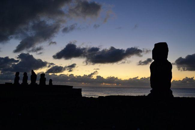 ウユニ塩湖には2月に行くと決めていた。<br />それだけじゃつまんないので、イグアズフォールズを加えてみた。<br />どうせなら、と、イースター島にも行ってみることにした。<br /><br />見どころ盛りだくさんの旅は、副作用あり高山病あり飛行機遅延ありと、違った意味でも盛りだくさんの旅となった。<br /><br /><br />11日目。<br />イースター島をレンタカーで一周。<br />涼しい海風、時々砂ボコリ、のち日焼け。<br />晩ごはんでこの旅一番の旨さに出会う。<br /><br /><br />1日目:成田→ロサンゼルス→シカゴ→(機内泊)<br />2日目:サンパウロ→イグアスフォ―ルズ<br />3日目:イグアスフォールズ<br />4日目:イグアスフォールズ→サンパウロ→サンタクルス→ラパス<br />5日目;ラパス→オルーロ→ウユニ<br />6〜8日目:ウユニ→ウユニ塩湖→サンペドロデアタカマ→カラマ<br />9日目:カラマ→サンチャゴ<br />10日目:サンチャゴ→イースター島<br />★11日目:イースター島<br />12日目:イースター島→リマ<br />13日目:リマ→(機内泊)<br />14日目:ヒューストン→ロサンゼルス→(機内泊)<br />15日目:→成田
