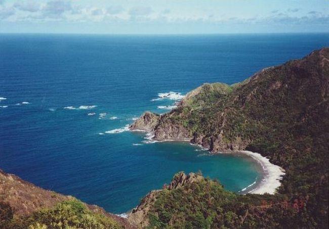 弾丸海外の旅、マニアックな国内の旅を好む私ですが、<br /><br />国内の離島も、かなり訪れています。<br /><br />今回は、2001年の夏期休暇に訪れた「小笠原諸島」。<br /><br />2011年に世界遺産に登録された離島をご紹介します。<br /><br /><br />★離島シリーズ<br /><br />中之島(2015)<br />http://4travel.jp/travelogue/11108796<br />宝島(2015)<br />http://4travel.jp/travelogue/11108467<br />渡鹿野島(2015)<br />http://4travel.jp/travelogue/11104558<br />軍艦島(2015)<br />http://4travel.jp/travelogue/11067774<br />座間味島(2014)<br />http://4travel.jp/travelogue/11012275<br />直島(2011)<br />http://4travel.jp/traveler/satorumo/album/10563266/<br />沖縄本島(2010)<br />http://4travel.jp/traveler/satorumo/album/10475825/<br />http://4travel.jp/traveler/satorumo/album/10474837/<br />http://4travel.jp/traveler/satorumo/album/10474238/<br />石垣島(2010)<br />http://4travel.jp/traveler/satorumo/album/10474600/<br />舳倉島(2009)<br />http://4travel.jp/traveler/satorumo/album/10421387/<br />的山大島(2008)<br />http://4travel.jp/traveler/satorumo/album/10433086/<br />見島(2008)<br />http://4travel.jp/traveler/satorumo/album/10434165/<br />田代島(2008)<br />http://4travel.jp/traveler/satorumo/album/10438629/<br />神島&答志島(2007)<br />http://4travel.jp/traveler/satorumo/album/10450551/<br />小豆島(2006)<br />http://4travel.jp/traveler/satorumo/album/10470626/<br />池島(2006)<br />http://4travel.jp/traveler/satorumo/album/10471632/<br />沖縄本島(2006)<br />http://4travel.jp/traveler/satorumo/album/10470372/<br />北大東島&南大東島(2006)<br />http://4travel.jp/traveler/satorumo/album/10469581/<br />奄美大島(2002)<br />http://4travel.jp/traveler/satorumo/album/10622392/<br />父島(2001)<br />http://4travel.jp/traveler/satorumo/album/10573810/<br />与論島(2001)<br />http://4travel.jp/traveler/satorumo/album/10574236/<br />沖永良部島(2001)<br />http://4travel.jp/traveler/satorumo/album/10574247/<br />久米島(2001)<br />http://4travel.jp/traveler/satorumo/album/10574251/<br />渡名喜島(2001)<br />http://4travel.jp/traveler/satorumo/album/10575373/<br /><br /><br /><br />