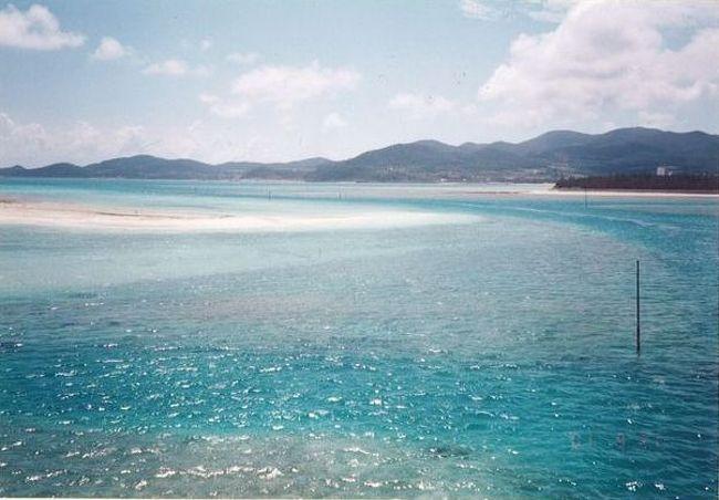 弾丸海外の旅、マニアックな国内の旅を好む私ですが、<br /><br />国内の離島も、かなり訪れています。<br /><br />今回は、2001年9月、転職の合間に訪れた<br /><br />久米島をご紹介します。<br /><br /><br />★離島シリーズ<br /><br />中之島(2015)<br />http://4travel.jp/travelogue/11108796<br />宝島(2015)<br />http://4travel.jp/travelogue/11108467<br />渡鹿野島(2015)<br />http://4travel.jp/travelogue/11104558<br />軍艦島(2015)<br />http://4travel.jp/travelogue/11067774<br />座間味島(2014)<br />http://4travel.jp/travelogue/11012275<br />直島(2011)<br />http://4travel.jp/traveler/satorumo/album/10563266/<br />沖縄本島(2010)<br />http://4travel.jp/traveler/satorumo/album/10475825/<br />http://4travel.jp/traveler/satorumo/album/10474837/<br />http://4travel.jp/traveler/satorumo/album/10474238/<br />石垣島(2010)<br />http://4travel.jp/traveler/satorumo/album/10474600/<br />舳倉島(2009)<br />http://4travel.jp/traveler/satorumo/album/10421387/<br />的山大島(2008)<br />http://4travel.jp/traveler/satorumo/album/10433086/<br />見島(2008)<br />http://4travel.jp/traveler/satorumo/album/10434165/<br />田代島(2008)<br />http://4travel.jp/traveler/satorumo/album/10438629/<br />神島&答志島(2007)<br />http://4travel.jp/traveler/satorumo/album/10450551/<br />小豆島(2006)<br />http://4travel.jp/traveler/satorumo/album/10470626/<br />池島(2006)<br />http://4travel.jp/traveler/satorumo/album/10471632/<br />沖縄本島(2006)<br />http://4travel.jp/traveler/satorumo/album/10470372/<br />北大東島&南大東島(2006)<br />http://4travel.jp/traveler/satorumo/album/10469581/<br />奄美大島(2002)<br />http://4travel.jp/traveler/satorumo/album/10622392/<br />父島(2001)<br />http://4travel.jp/traveler/satorumo/album/10573810/<br />与論島(2001)<br />http://4travel.jp/traveler/satorumo/album/10574236/<br />沖永良部島(2001)<br />http://4travel.jp/traveler/satorumo/album/10574247/<br />久米島(2001)<br />http://4travel.jp/traveler/satorumo/album/10574251/<br />渡名喜島(2001)<br />http://4travel.jp/traveler/satorumo/album/10575373/<br /><br /><br /><br />