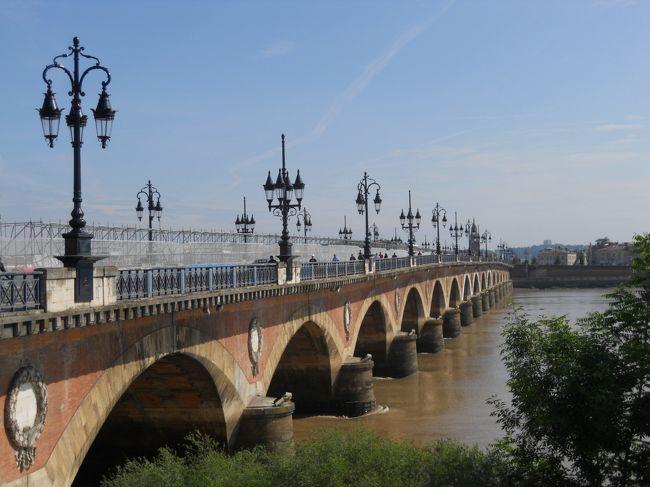 フランス7日目の5月1日(日)は、最初に、<br />8:27ビアリッツ〜10:21ボルドーのTGVで、ボルドーへ行きます。<br />TGVのパスホルダーの指定料金は3ユーロで、今日はボルドー、ポアティエ、トゥールの3都市に寄りますが、3区間が連続(ビアリッツ〜ボルドー、ボルドー〜ポアティエ、ポアティエ〜トゥール)となるので、3×3=9ユーロでなく、3ユーロで済みました。